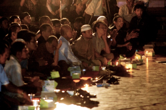 People attend a candlelight vigil at Proclamation Monument in central Jakarta on Tuesday night (August 28th) to pray and show support for Shia Muslims in Sampang, Madura after local Sunni Muslims attacked the community, killing two men and burning dozens of homes. Hundreds attended the Malam Seribu Lilin (Night of a Thousand Candles). [2012: Oktofani]