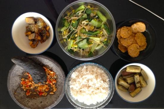 Cah sawi hijau tauge, bandeng goreng, terong goreng, tempe goreng dan sambel terasi [2013: E O]