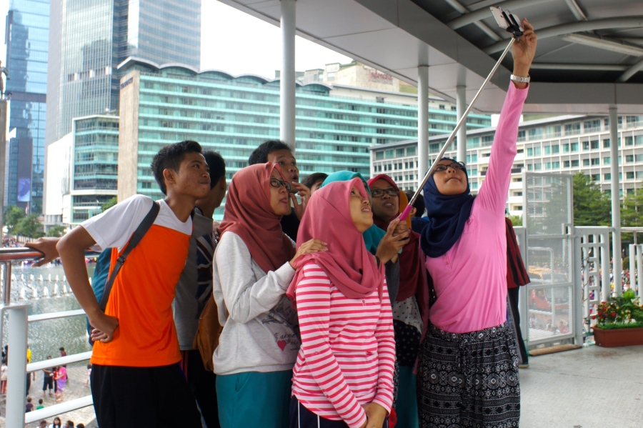 Indonesian people love to take selfie [2014: E O]