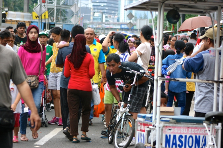 Jakartans are enjoying the Jakarta Car Free Days [2014: E O]