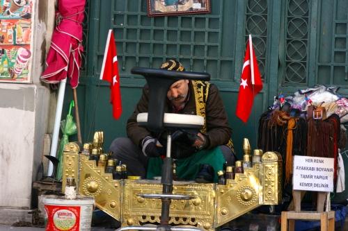 A shoe shine man in Istanbul [2014: E O]