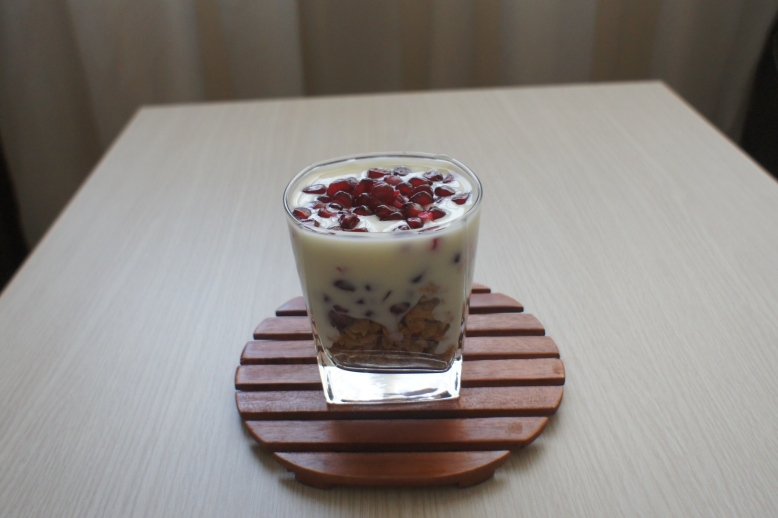 Muesli  with pomegranate and plain yogurt [2015: E O]