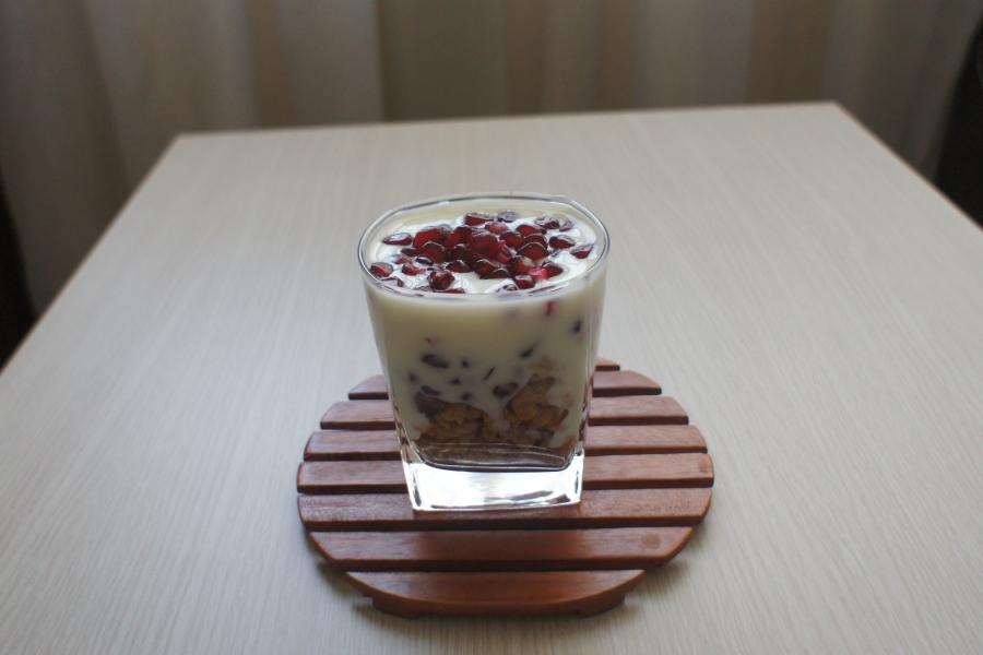 Muesli  with pomegranate and plain yogurt [2015: E O]