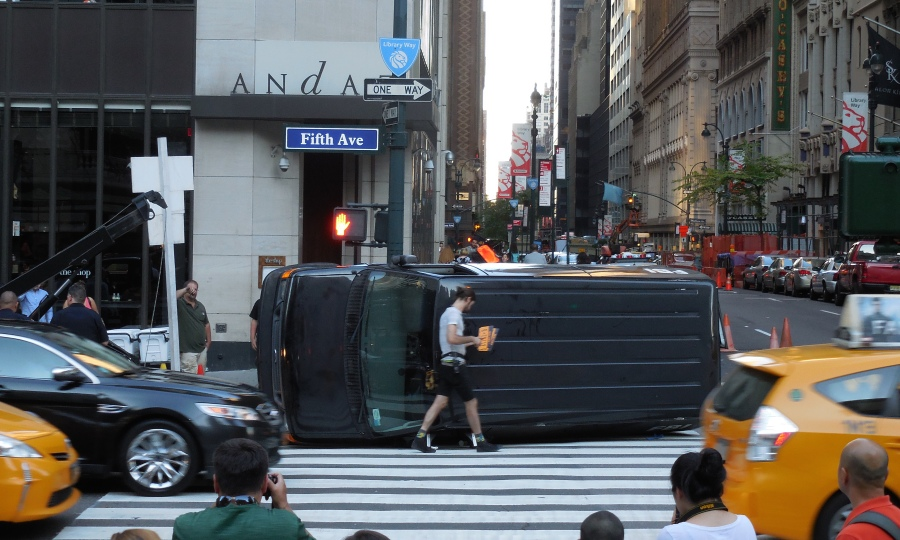 Once upon a time, one of FBI vehicle crashed at the Fifth Avenue of NYC [2015: E O]