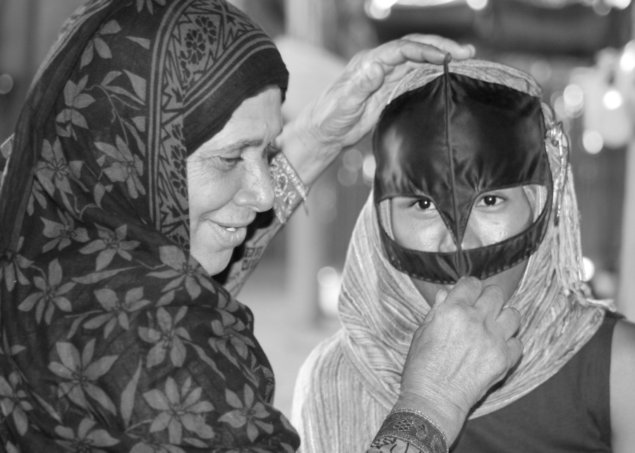 Trying to wear Omani veil of Bedu Woman [2015: ER]