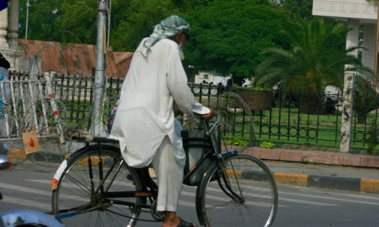 Even though the temperature reached up to 42 degree Celsius, an ordinary Pakistani elderly kept riding his bicycle [2015: E O]